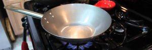 Een stalen pan inbranden, inbakken, onderhouden en schoonmaken