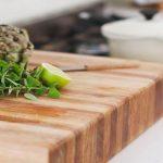 Hoe houten snijplank onderhouden en oliën?